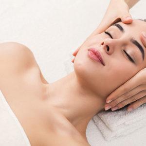 Mujer recibiendo un masajes relajante
